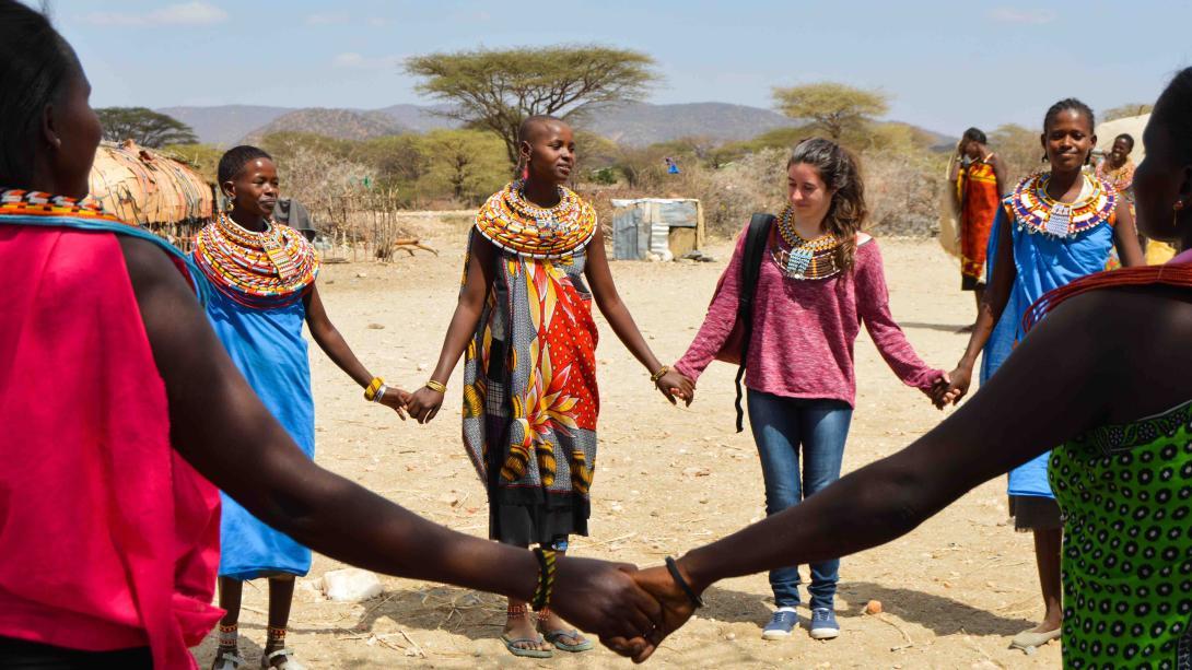 Voluntarios aprendiendo danza tradicional durante su proyecto en Kenia.